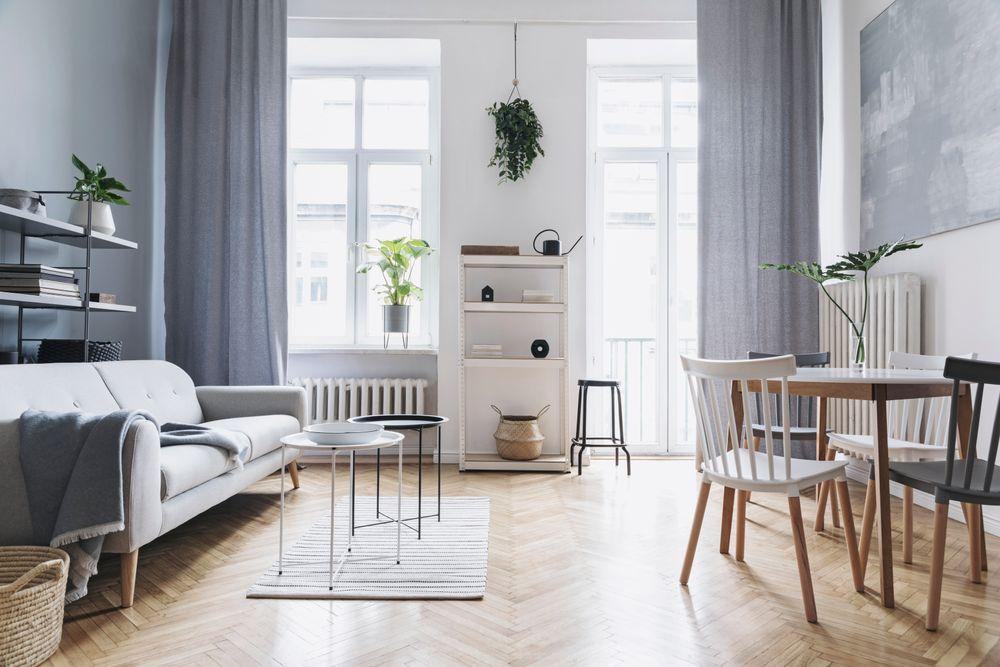Salon minimaliste avec rideaux gris