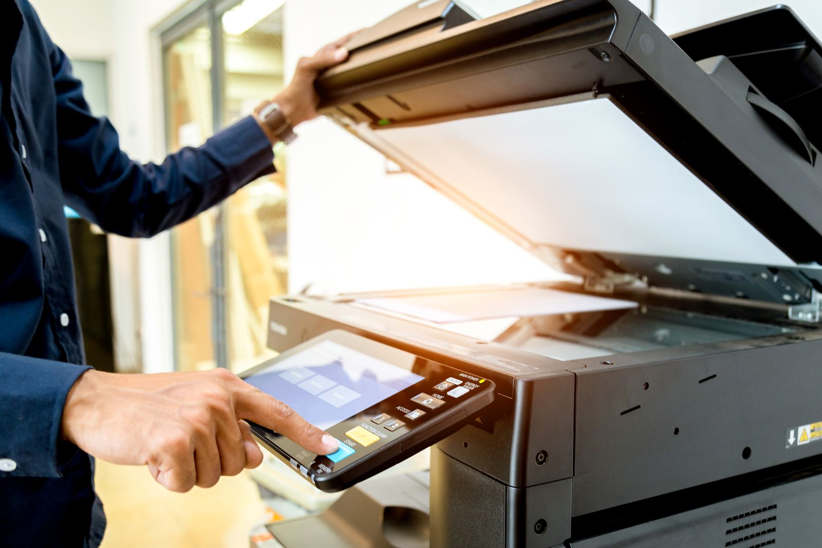 Homme qui fait des photocopies