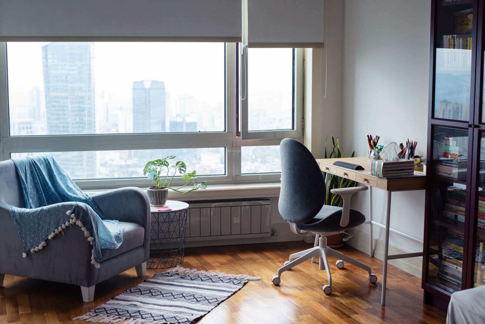 Bureau à la maison confortable avec chaise de bureau ergonomique