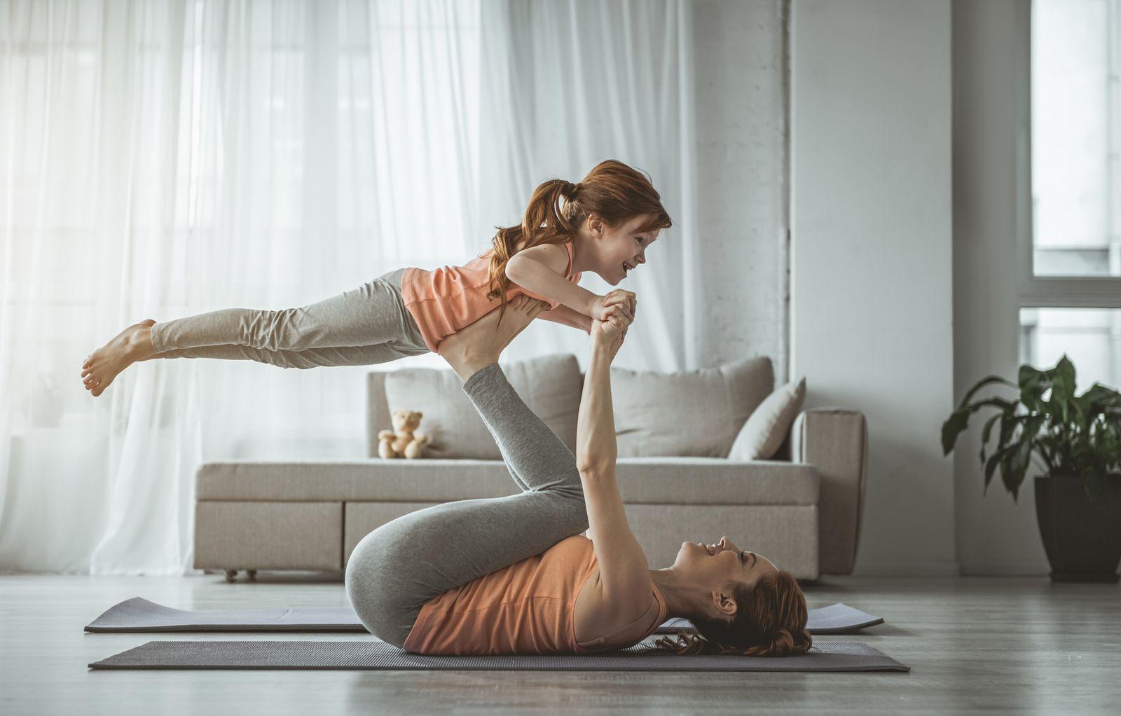 Une mère et sa fille qui font du yoga