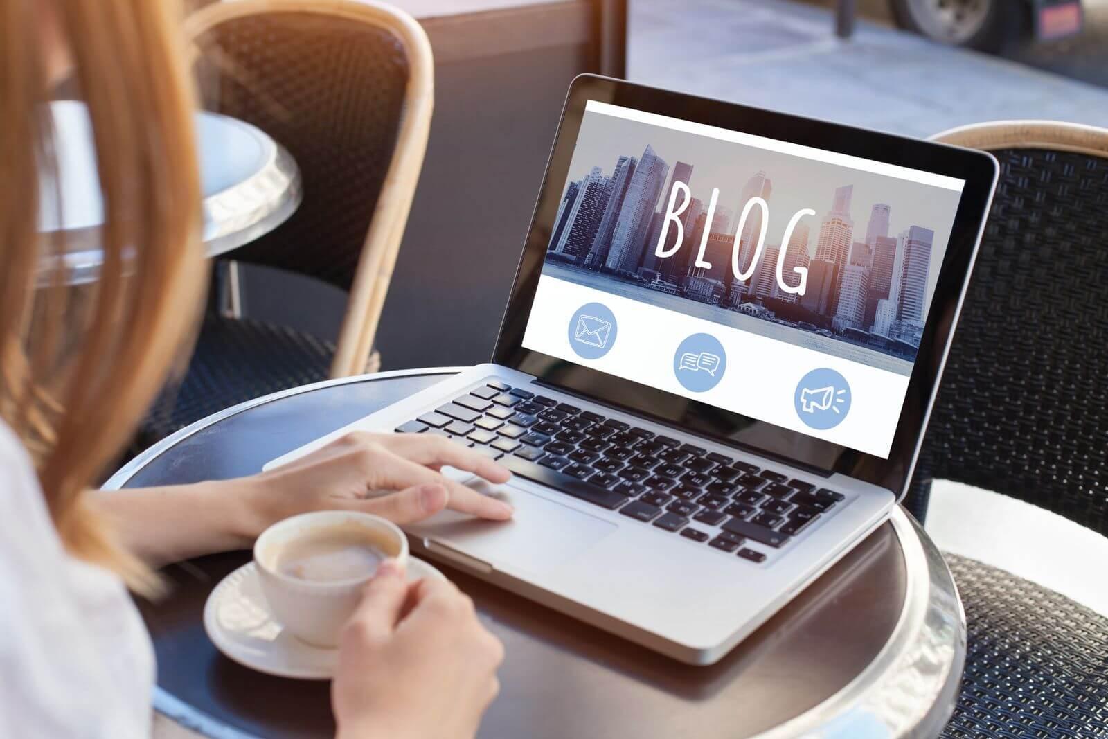 Femme qui commence un blogue sur un ordinateur portable