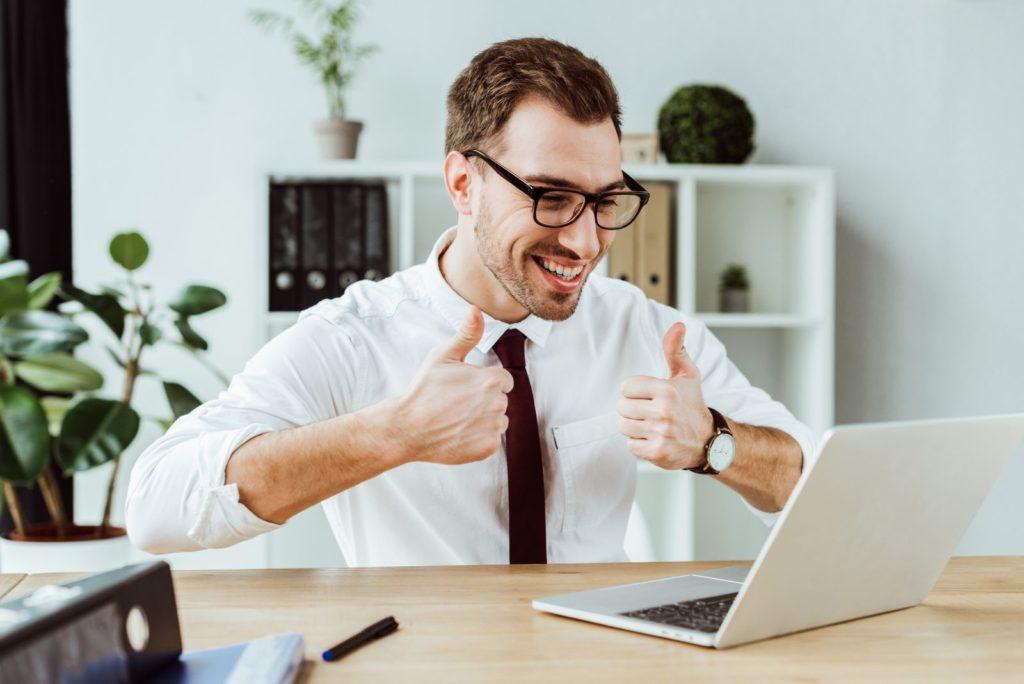 Un homme d'affaires donne son avis sur la vidéoconférence
