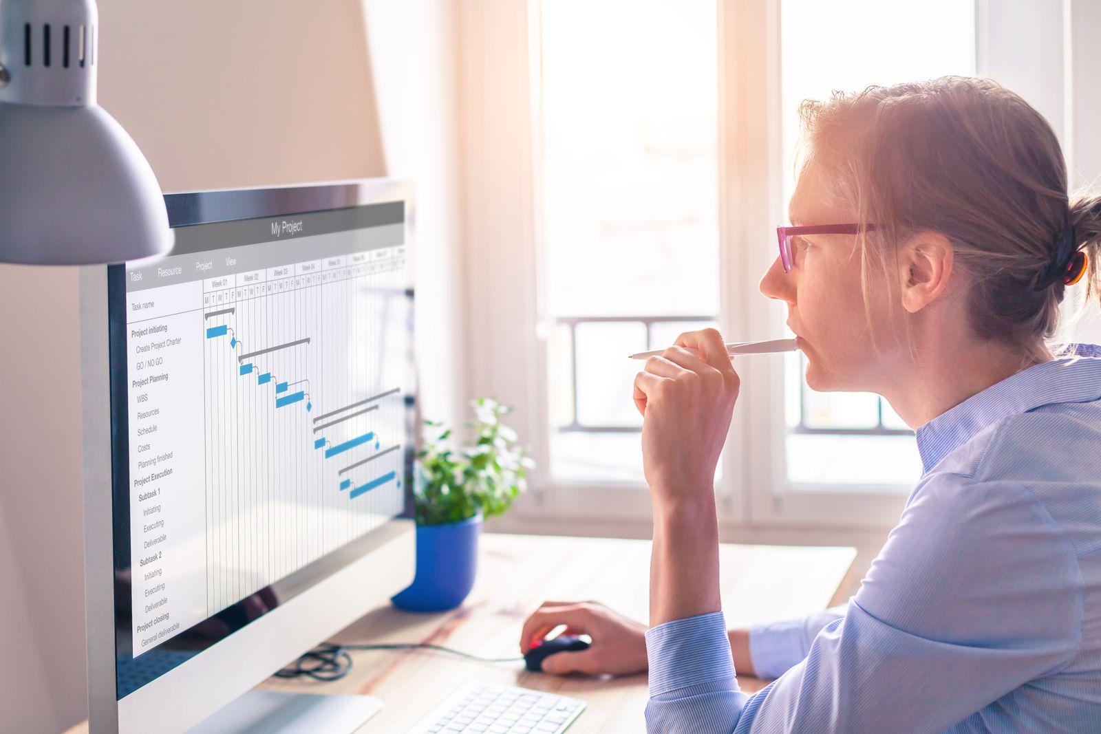 Employeur travaillant avec une plate-forme de gestion des tâches