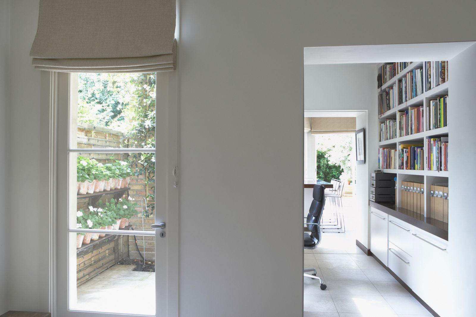 Des étagères du sol au plafond dans un bureau à domicile