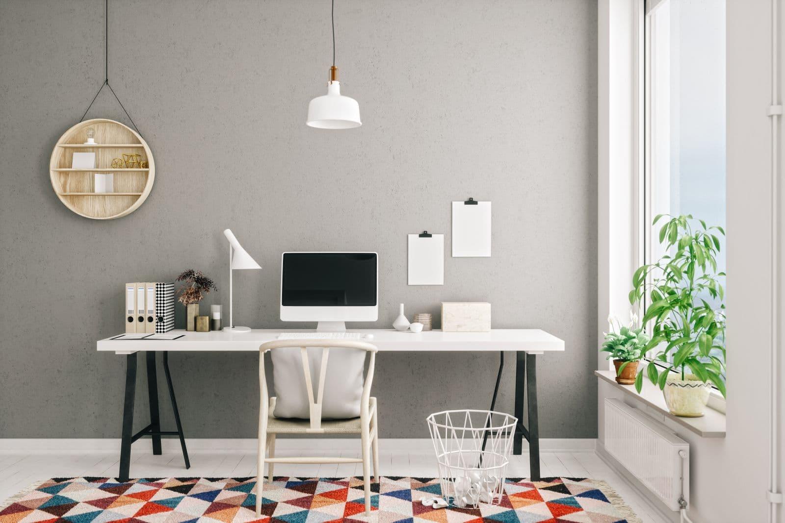 Un bureau à domicile avec un tapis coloré