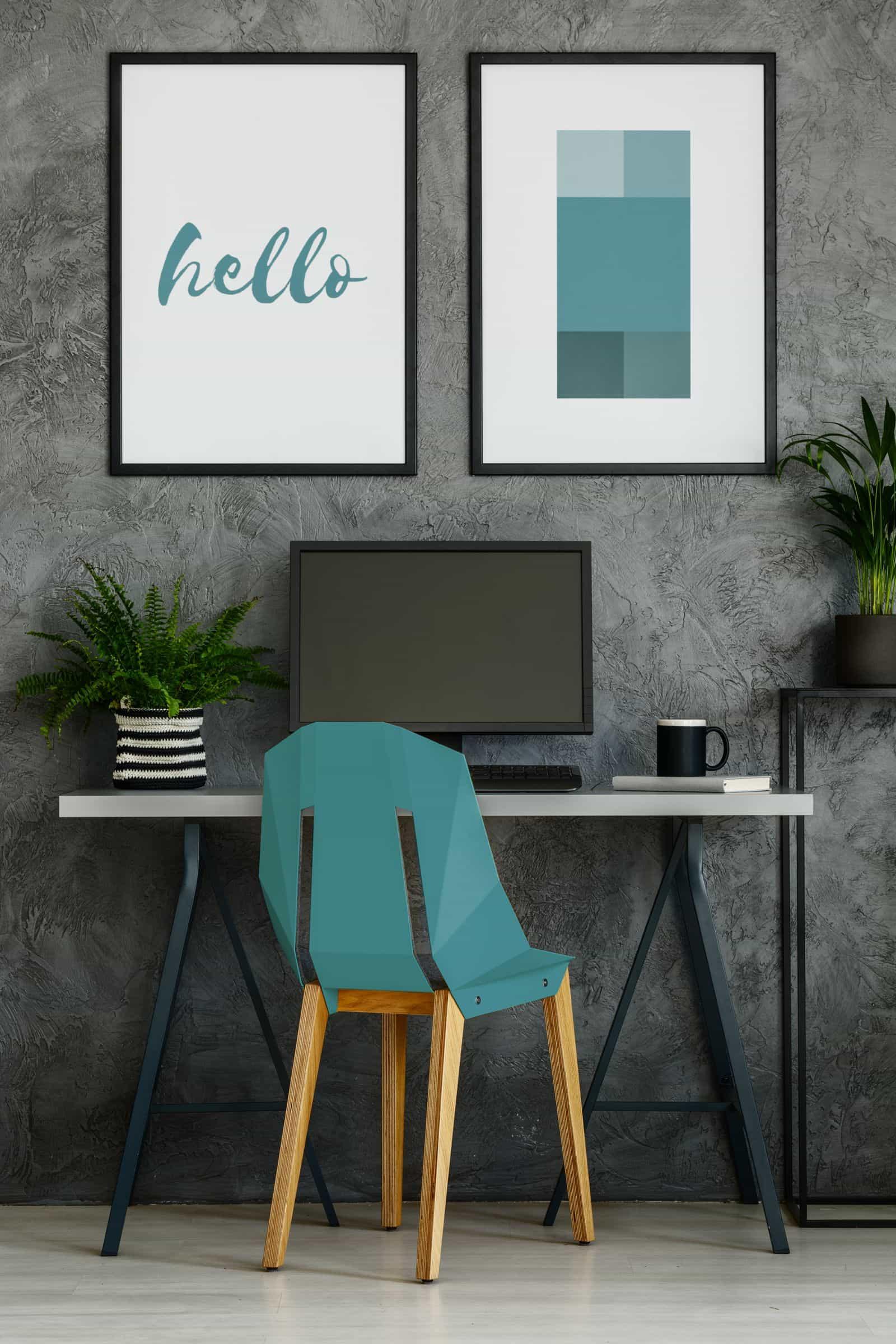 Un bureau à domicile coloré avec une chaise turquoise