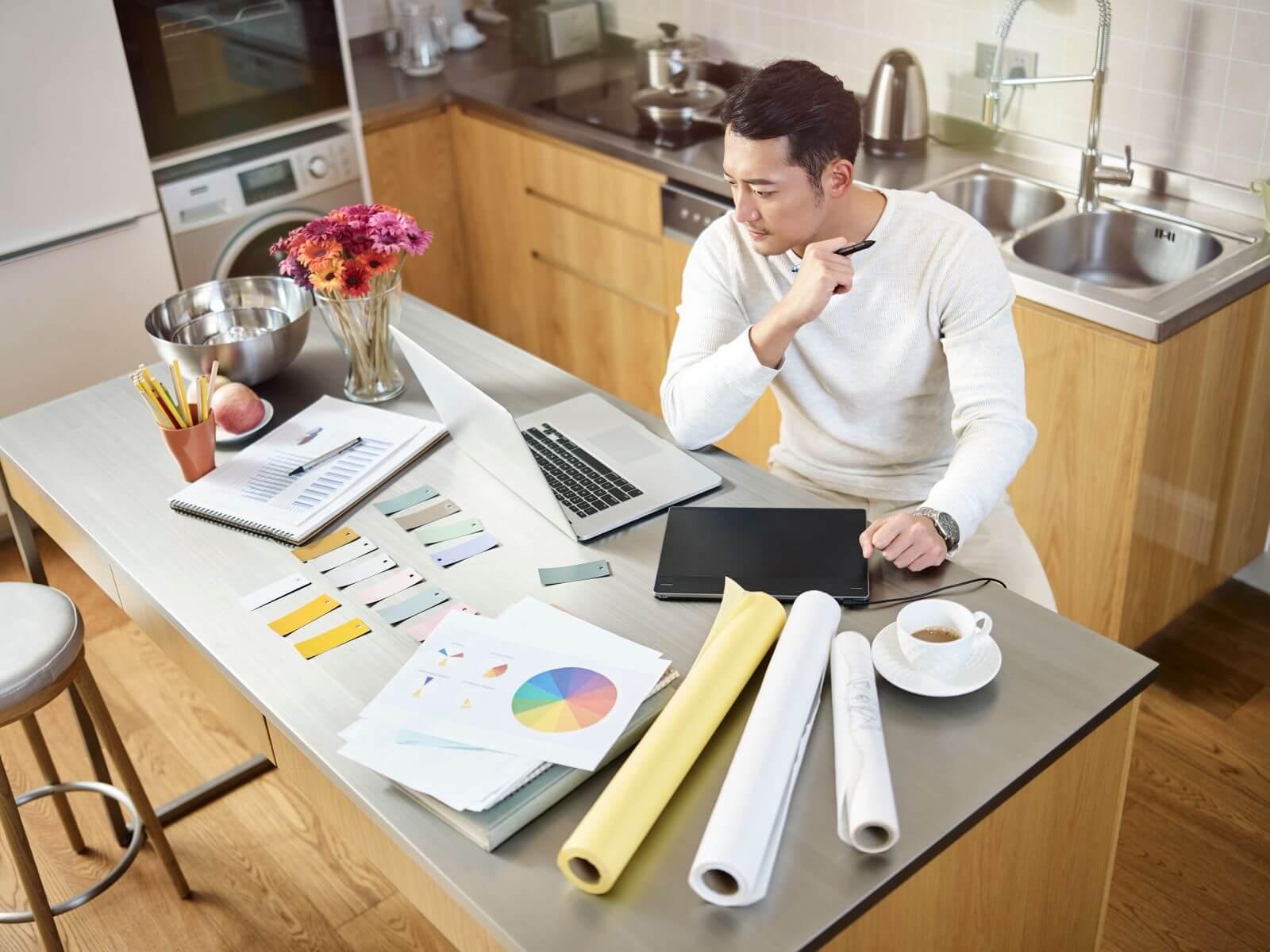 Homme qui travail dans sa cuisine