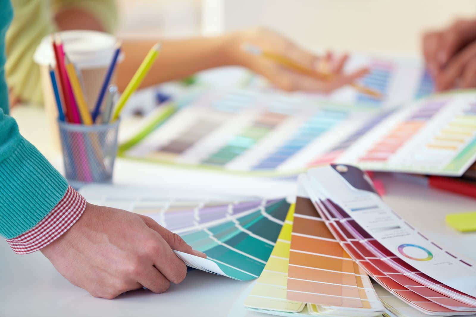 Des gens qui choisissent des couleurs