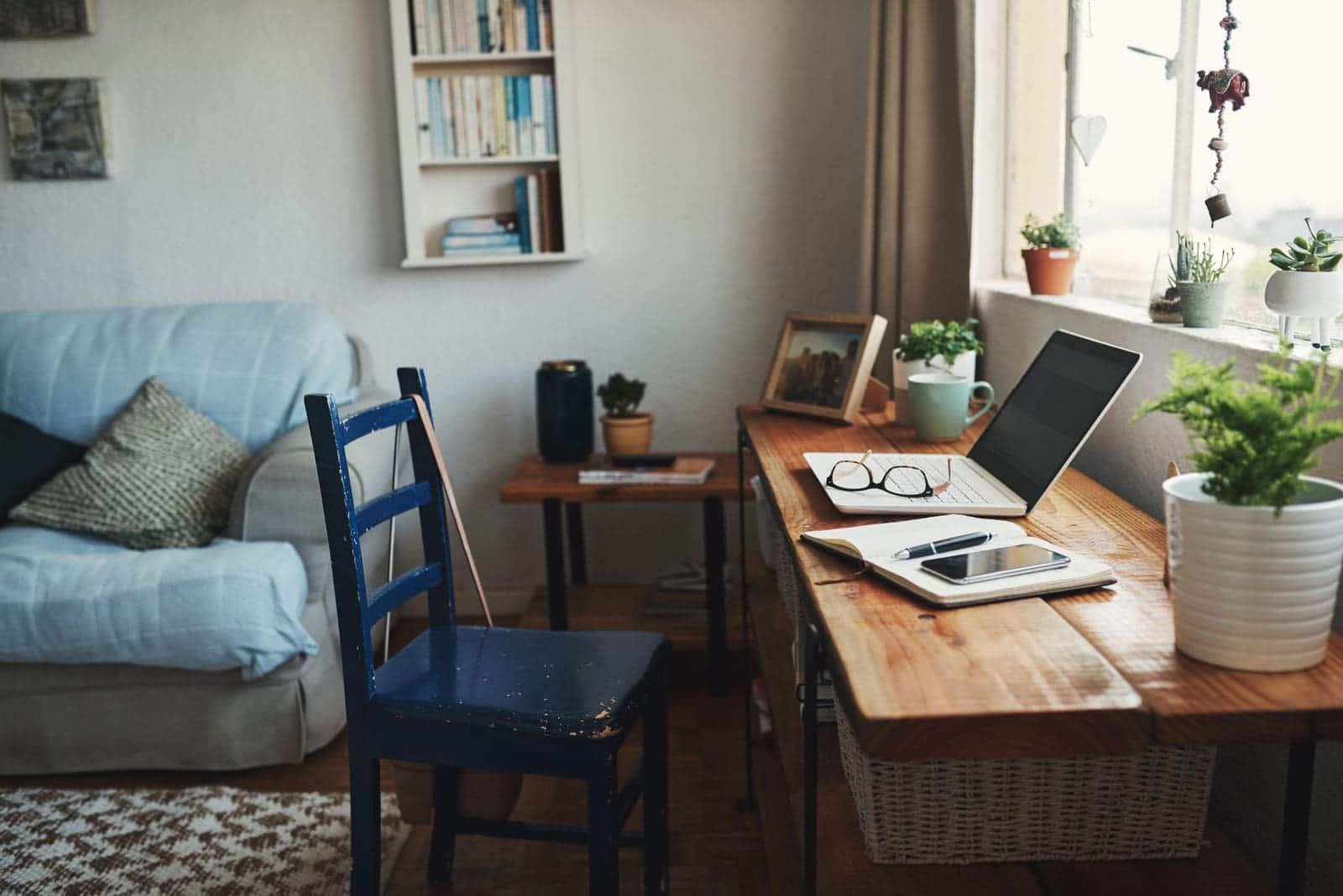 Bureau à domicile devant une fenêtre