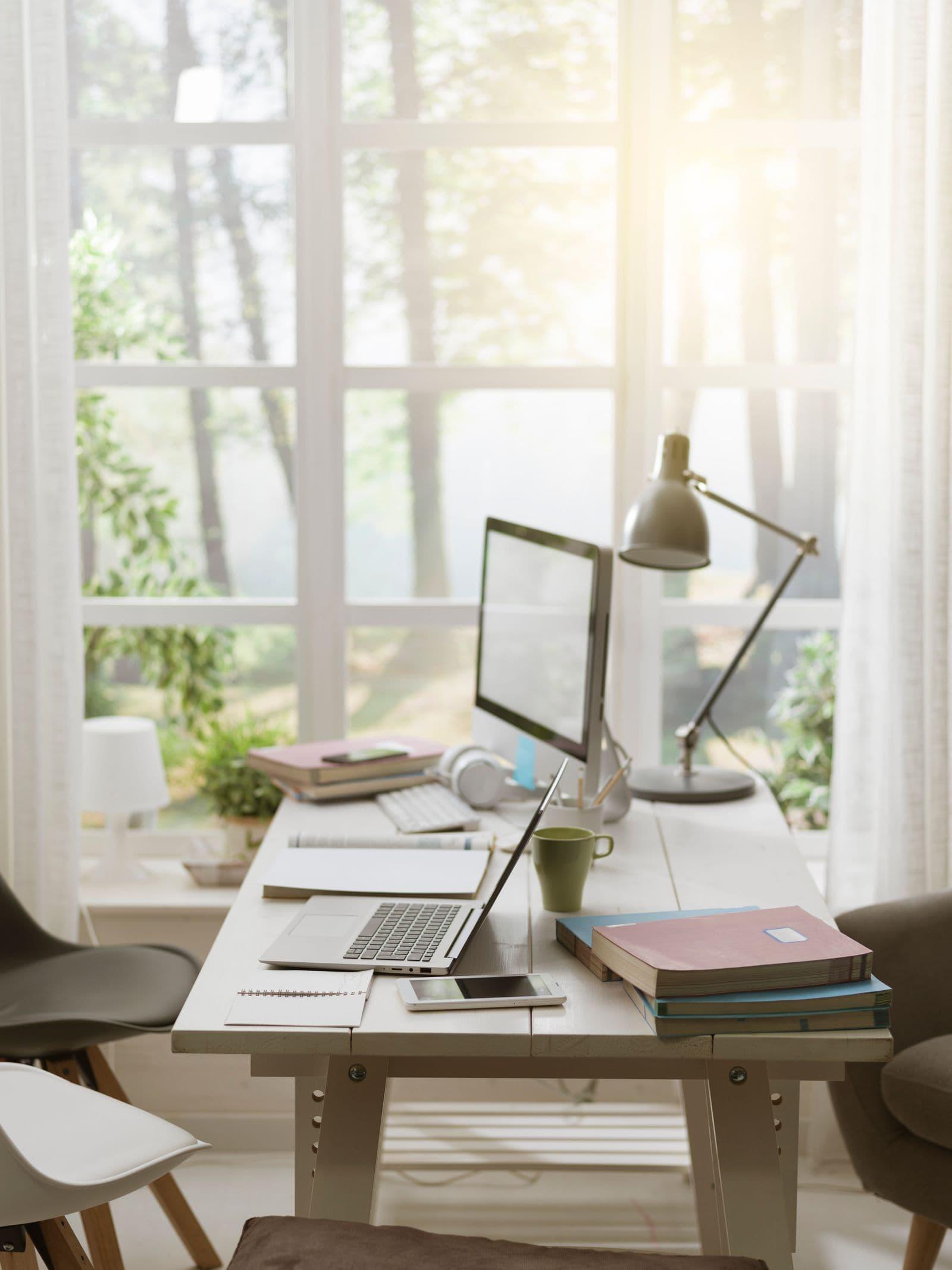 Bureau à domicile avec de l'éclairage naturel