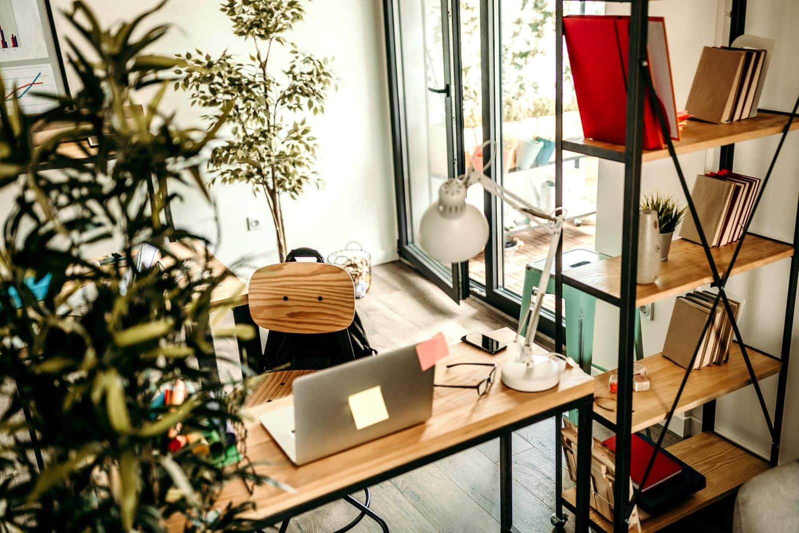 Petit bureau à domicile pour le télétravail