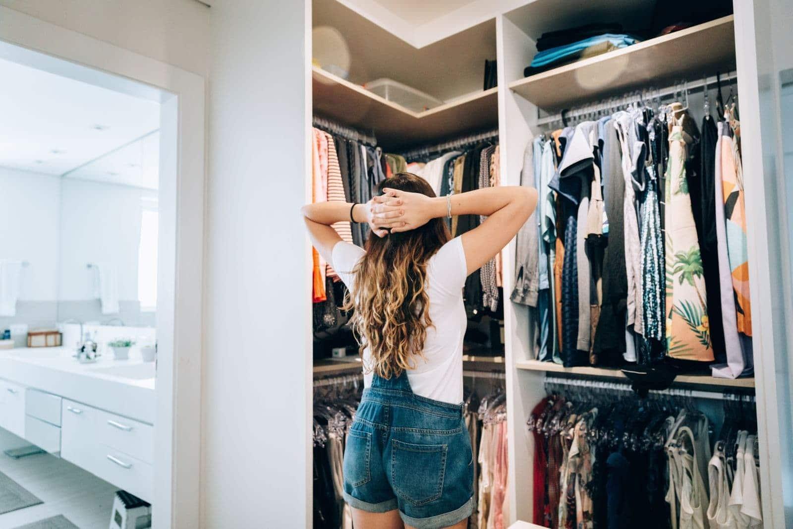 Une jeune fille choisit ses vêtements
