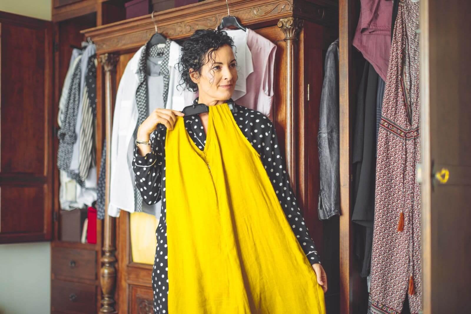 Femme choisissant une robe