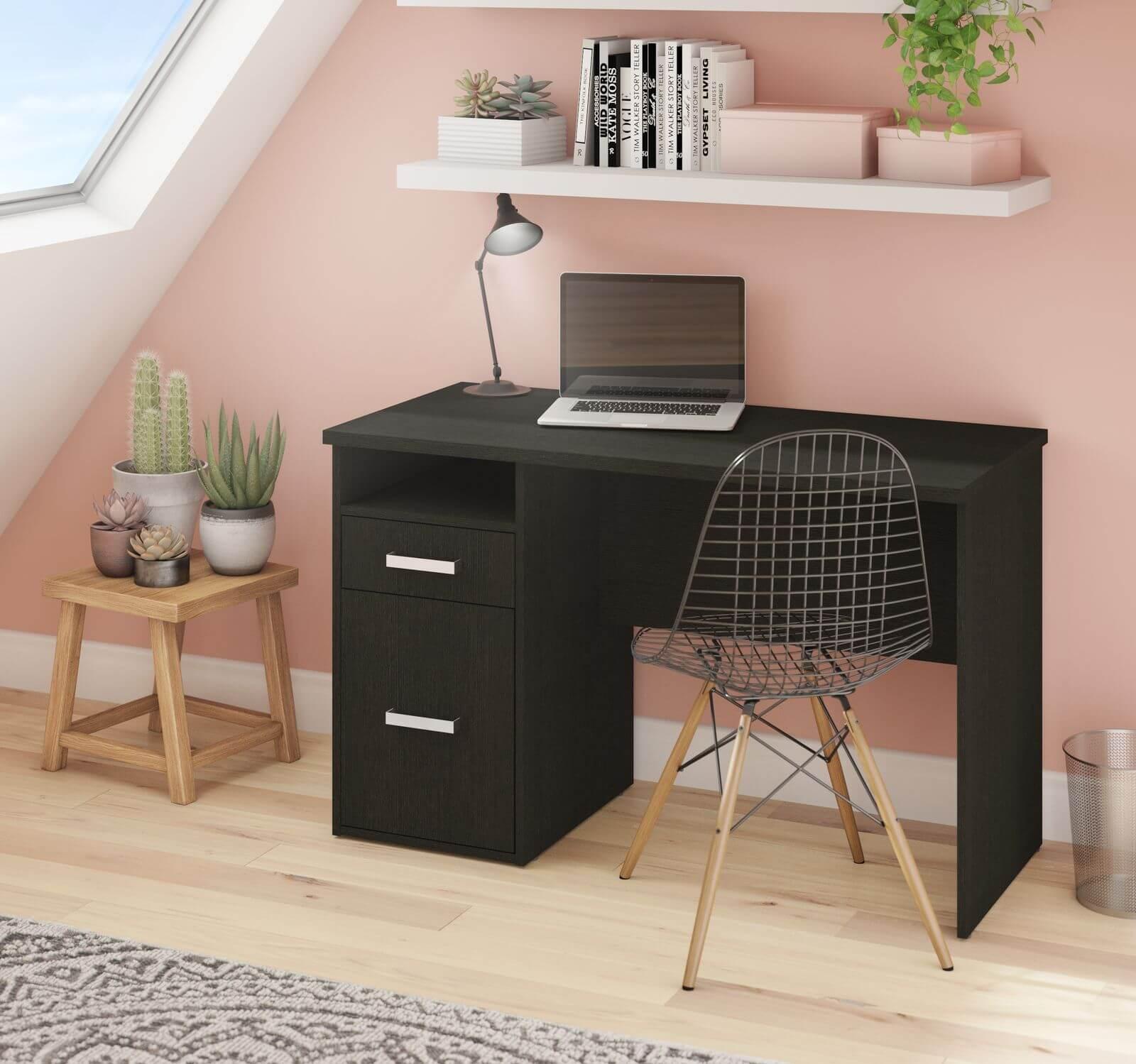 Petit bureau avec mur rose