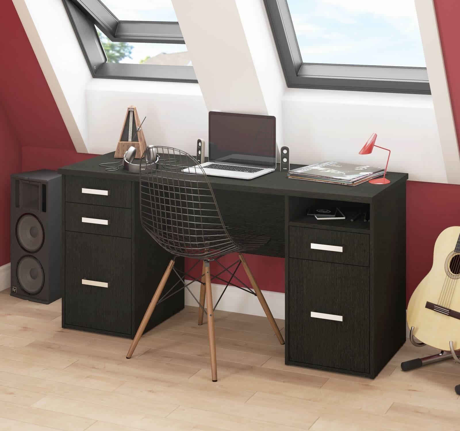 Petit bureau avec mur rouge