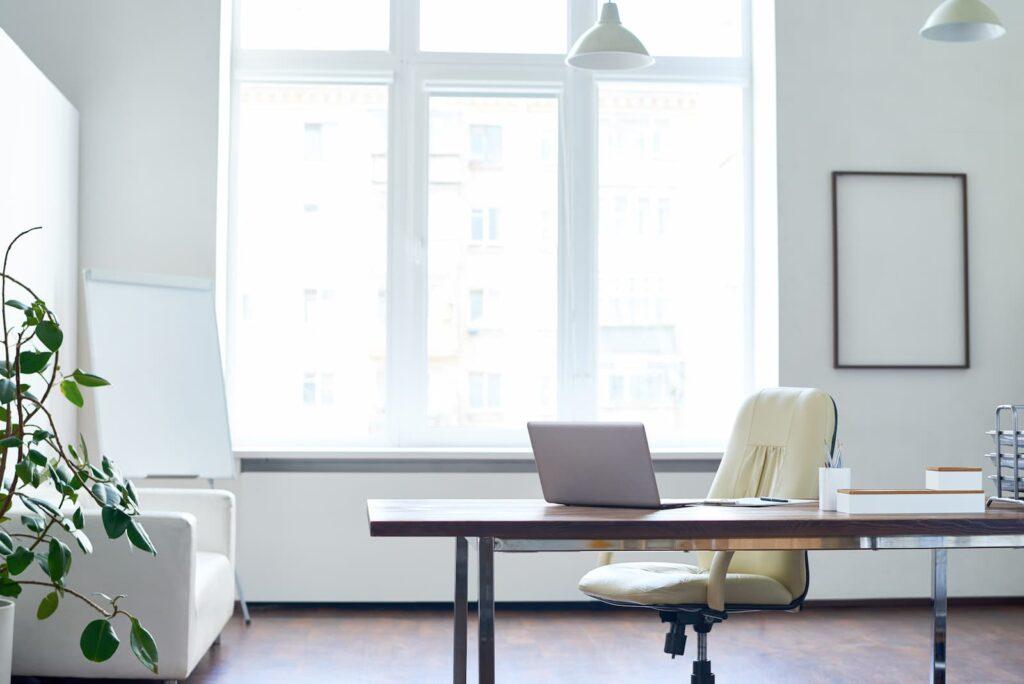 bureau avec décor blanc et grange fenêtre