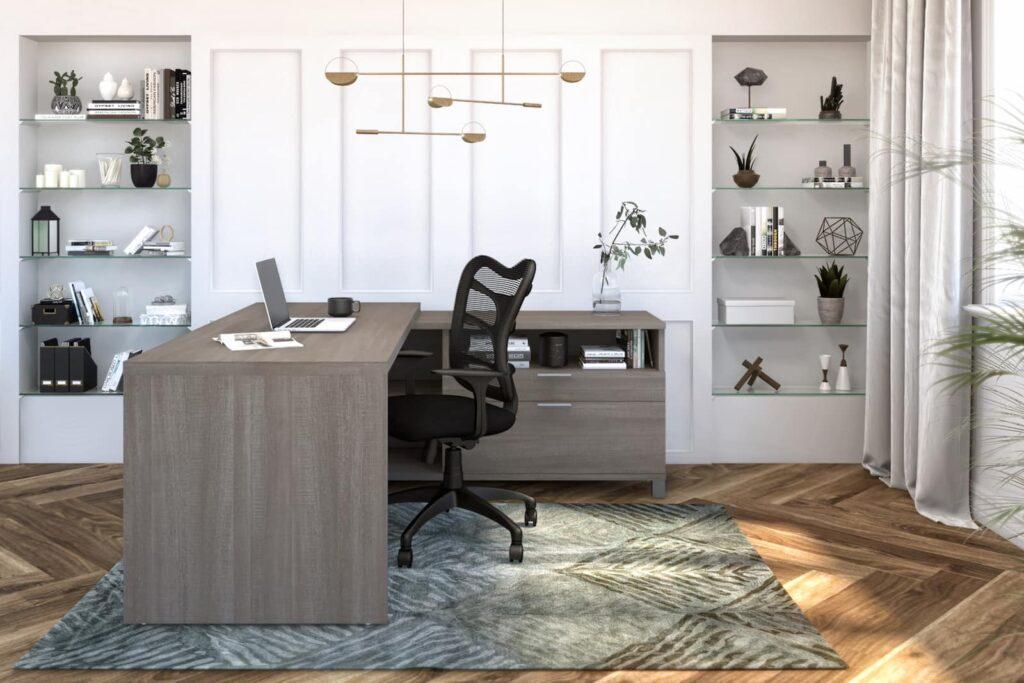 Bureau en L dans une grande pièce