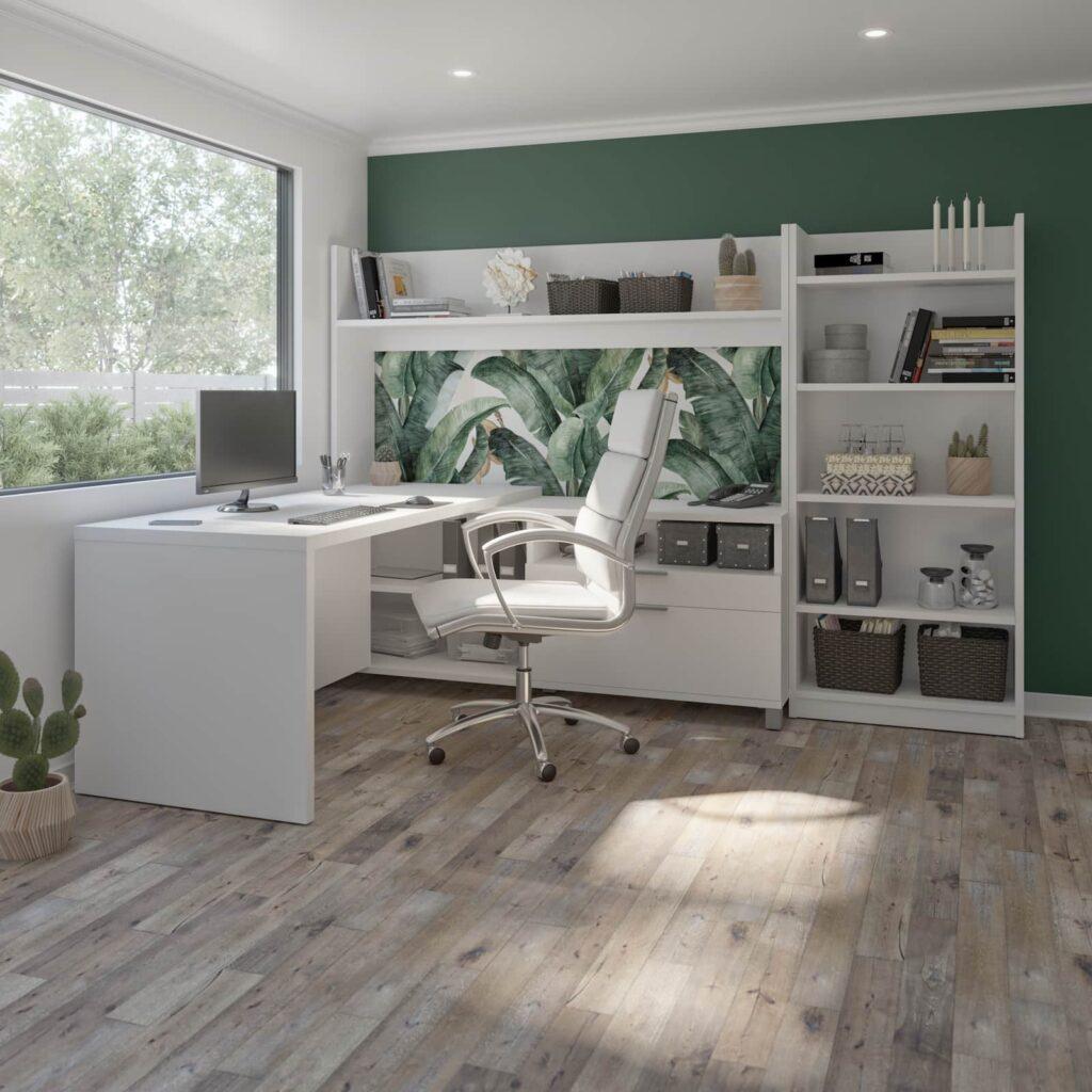 bureau blanc devant grande fenêtre