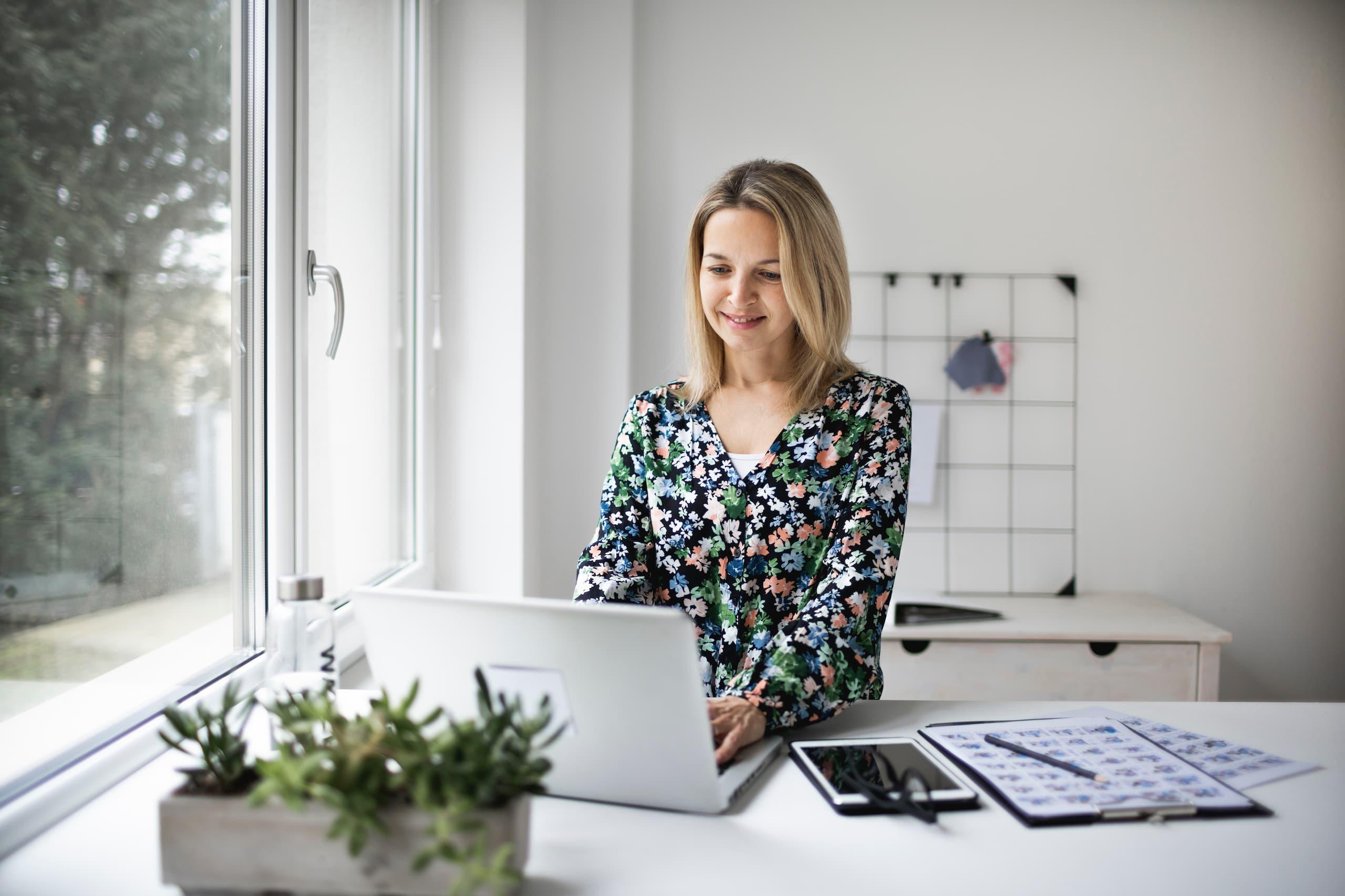Femme qui travaille à un bureau assis-debout